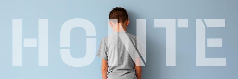 Enfant face au mur qui a honte