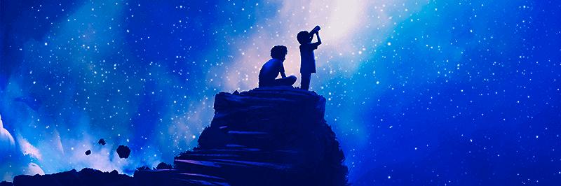 Deux enfants regardant au loin depuis le sommet d'une montagne