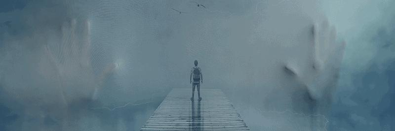 Enfant sur un pont regardant le brouillard