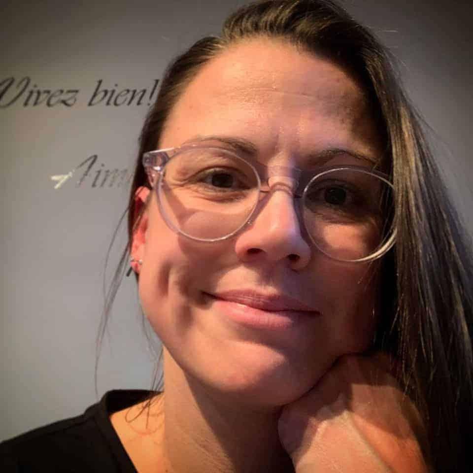 Femme souriante avec lunettes