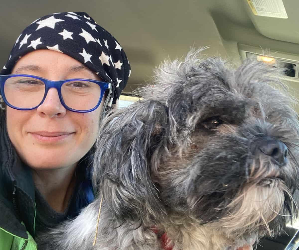 Mon chien et moi, dans le véhicule, quelques minutes après les retrouvailles.